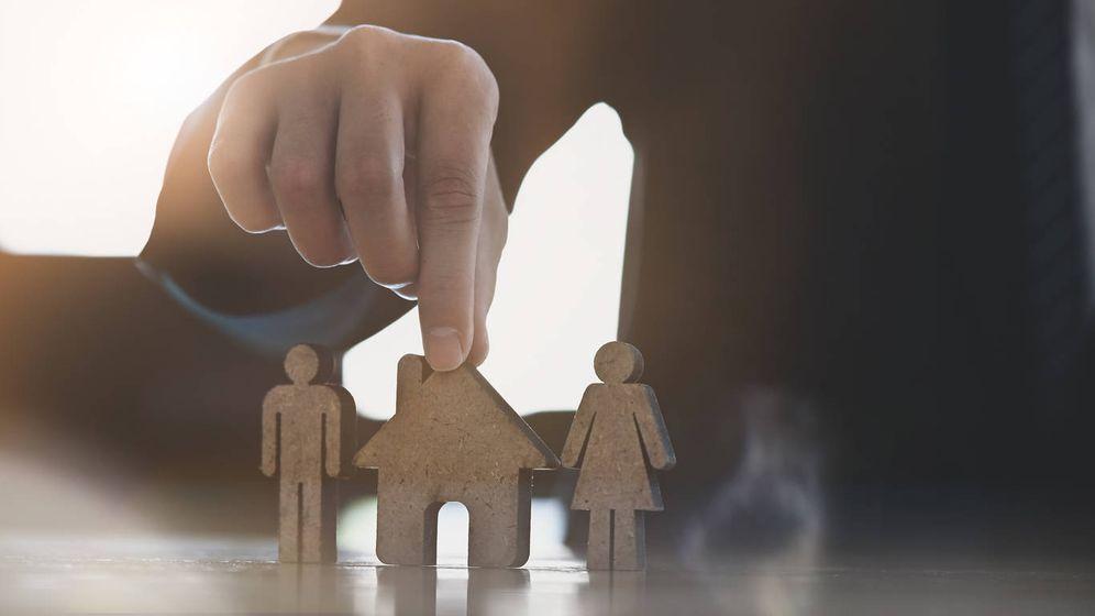 Foto: Tengo más de 65 y un hijo quiere comprarme un piso, ¿debo declarar la venta? (iStock)
