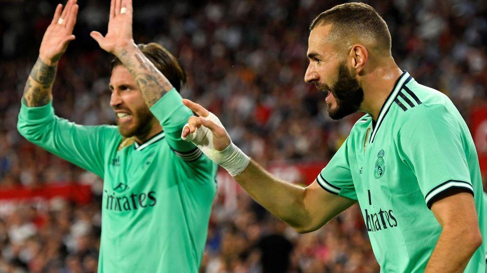 Foto: Sergio Ramos y Benzema celebran, con gesto de rabia, el gol del francés en el Sánchez Pizjuán. (Efe)