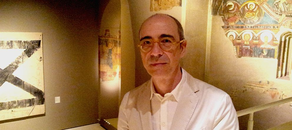 Foto: Juan José Lahuerta, jefe de Colecciones del MNAC, entre Tàpies y el ábside Románico de Taüll. (EC)