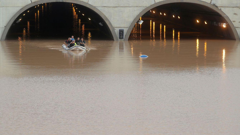 Foto: Rescate de unas personas atrapadas en un tunel de la AP7 por las inundaciones en Pilar de la Horadada (Reuters)