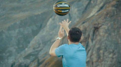 Encesta un balón de baloncesto desde lo alto de una presa