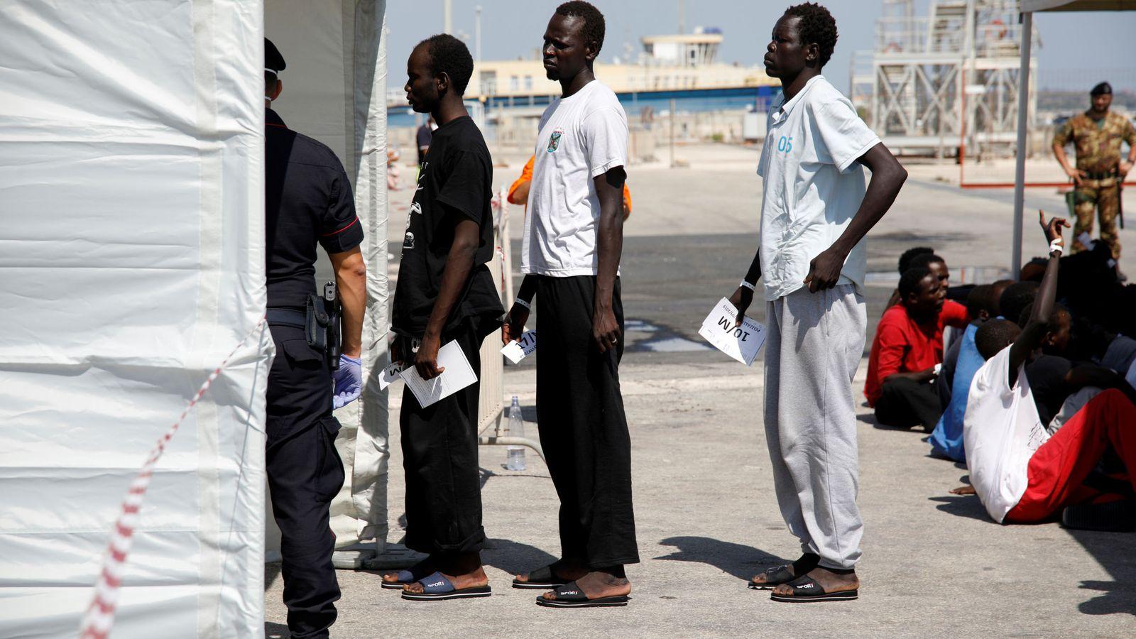 Foto: Migrantes en el puerto de Pozzallo, en Italia. (Reuters)