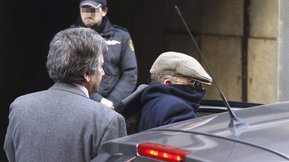 Foto: El exinspector Juan Antonio González Pacheco, Billy el Niño (d), a la salida de la Audiencia Nacional. (EFE)