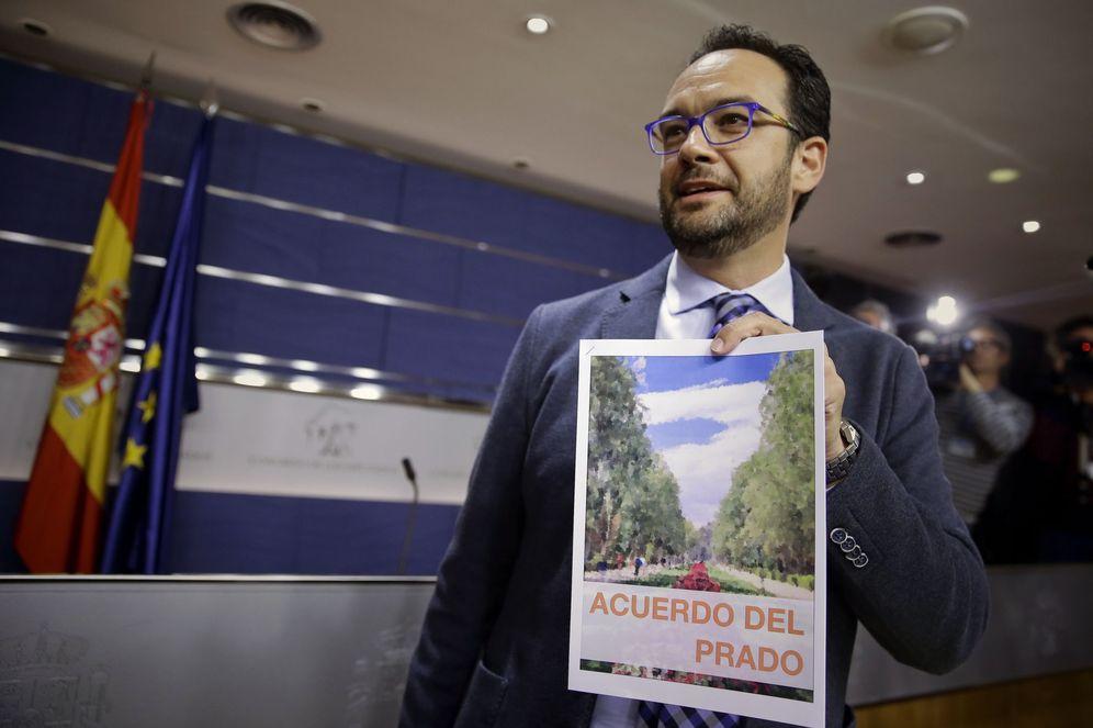 Foto: Antonio Hernando muestra el 'acuerdo del Prado' retocado por el PSOE, minutos antes del comienzo de la rueda de prensa de este 26 de abril en el Congreso. (EFE)