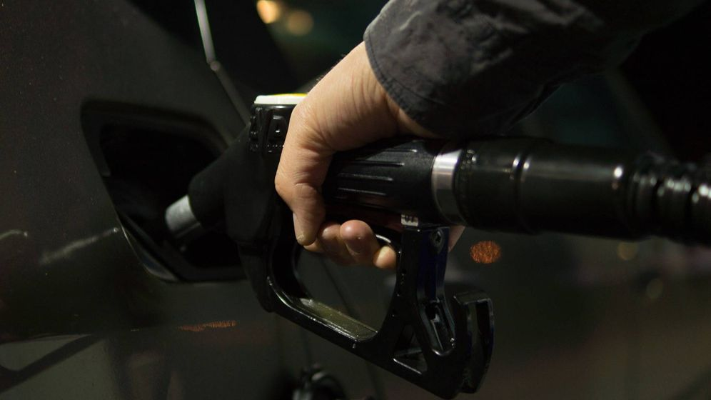 Foto: Un conductor llena el depósito de su coche en una gasolinera. (Pixabay)