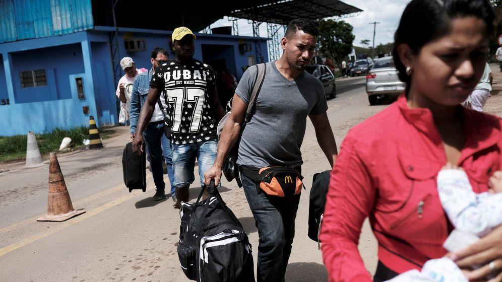 Foto: Inmigrantes venezolanos cruzan a Brasil en el paso fronterizo de Pacaraima, en noviembre de 2017. (Reuters)
