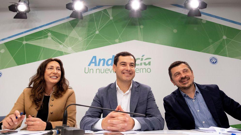 Foto: López (i), junto a Juanma Moreno (c), presidente de la Junta. (EFE)
