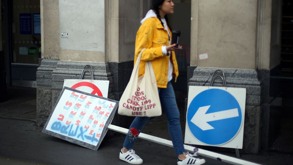 Foto: Una mujer pasa junto a una pancarta tras una protesta contra el Brexit en el centro de Londres. (Reuters)