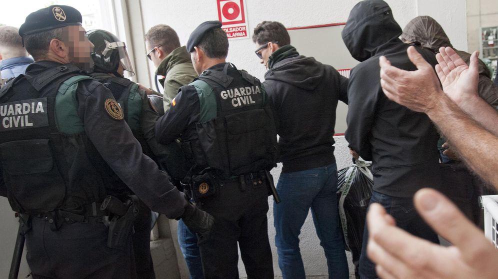 Foto: La Guardia Civil, en el centro de votación de Sant Julià de Rami durante el 1-O. (EFE)