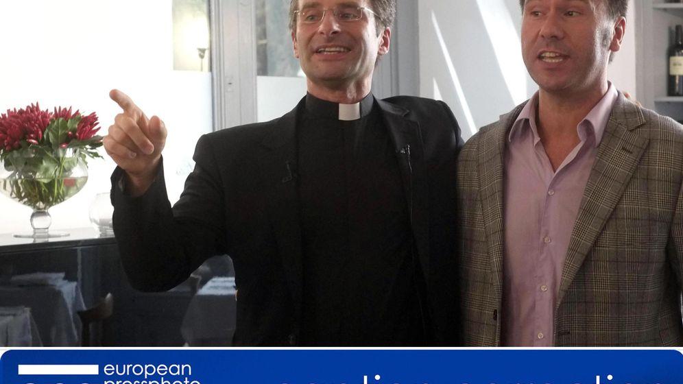 Foto: Monseñor Krzysztof Charamsa y su compañero sentimental. (EPA/EFE)