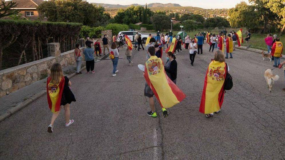 Foto: Manifestantes a las puertas de la vivienda de Pablo Iglesias e Irene Montero, en Galapagar. (EFE)