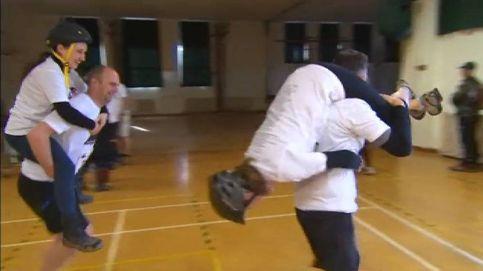 Inglaterra celebra la carrera en la que los maridos cargan con sus esposas