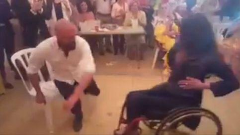 Soraya, la mujer en silla de ruedas que baila unas sevillanas en la Feria de Abril