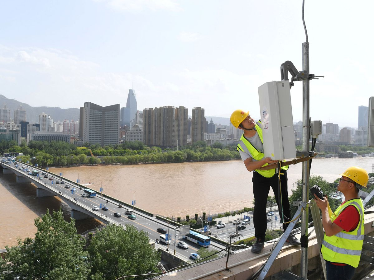 Foto: Técnicos de China Telecom trabajando en antenas 5G en Lanzhou(Reuters)