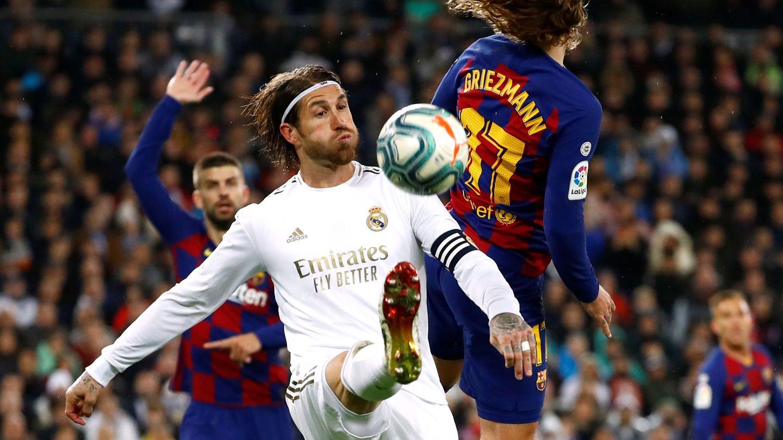 Sergio Ramos despeja un balón ante Griezmann en el Clásico. (Efe)