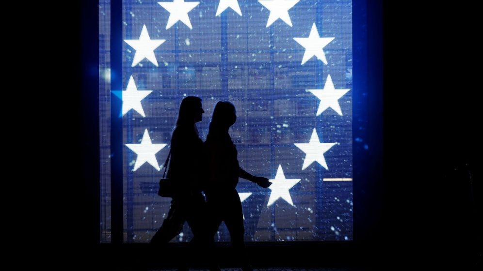 Foto: Dos peatones caminan frente a una bandera de la Unión Europea en Berín. (Reuters)