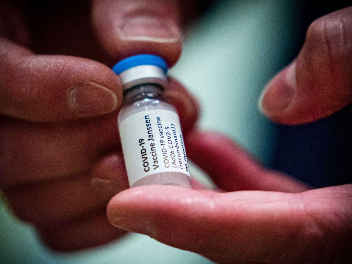 Foto: Un vial de la vacuna de Janssen. (EFE)