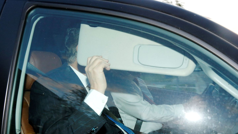 Paul Manafort se esconde de las cámaras al abandonar su casa en Alexandra, Virginia. (Reuters)