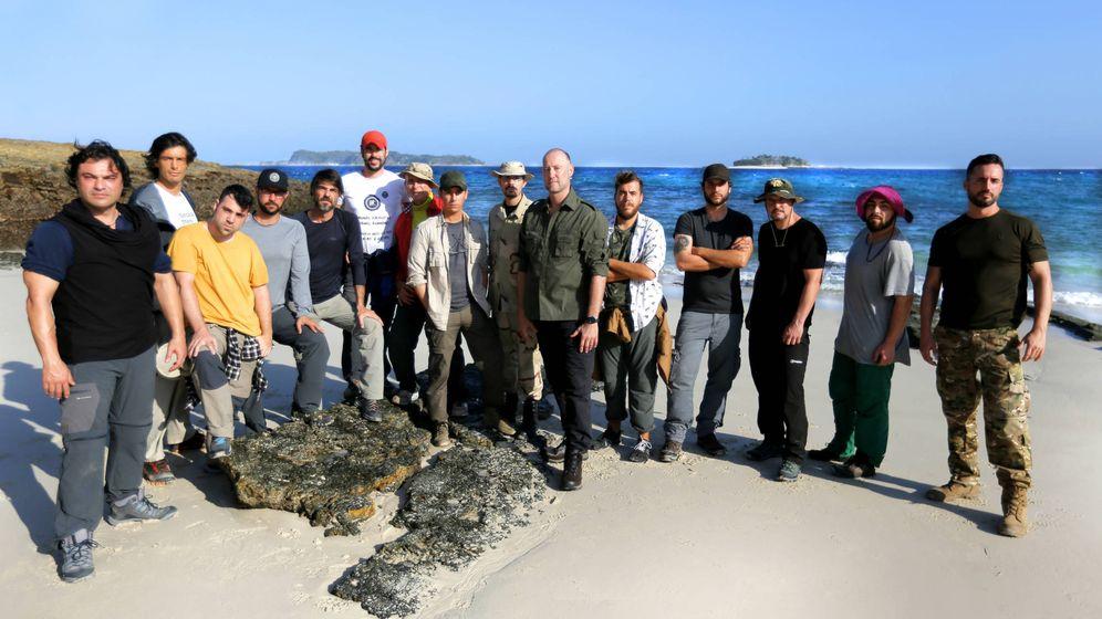 Foto: Pedro García Aguado, con los 14 aventureros de 'La isla'.