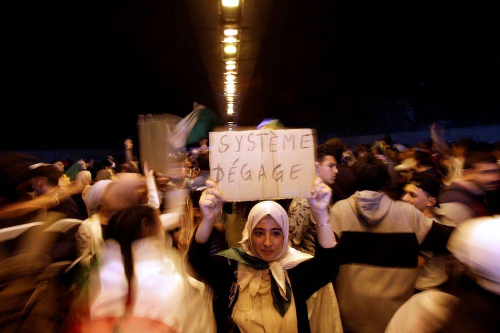 Foto: Manifestantes exigen en Argel un cambio político inmediato en el país. (Reuters)