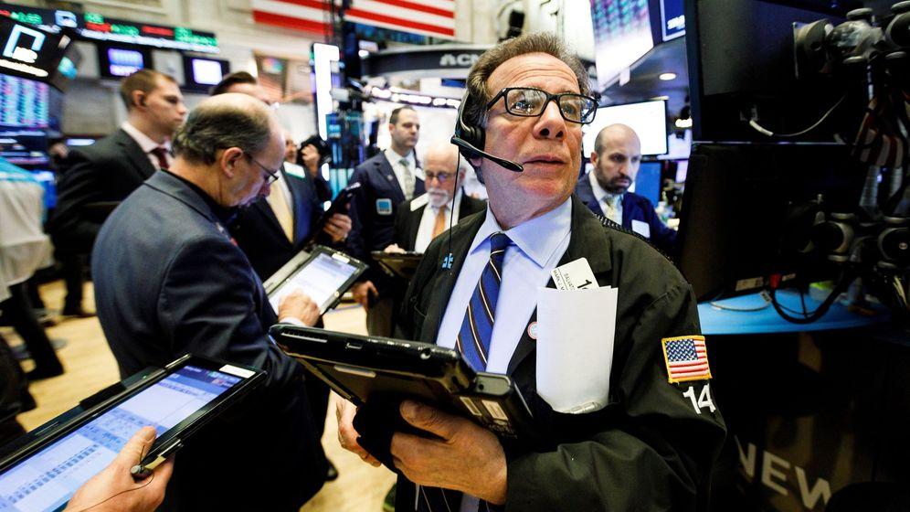 Foto: Agentes de Bolsa realizan su trabajo en el parqué de Nueva York. (EFE)