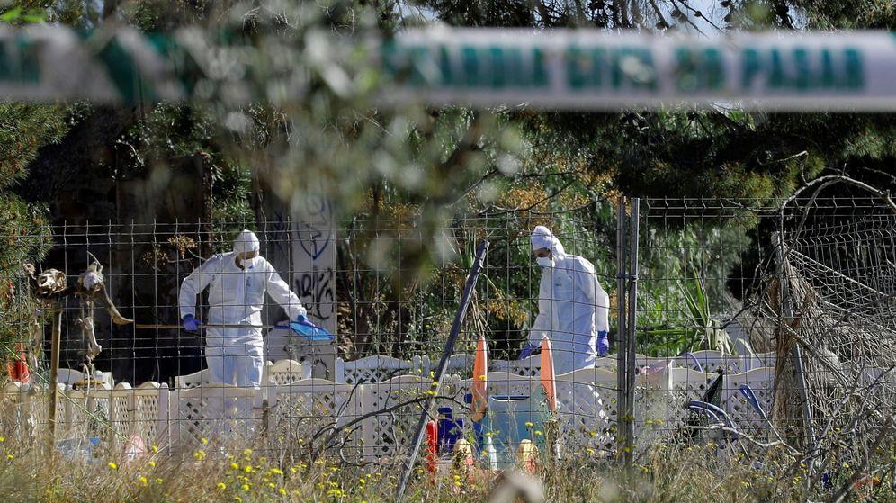 Foto: Agentes de la Guardia Civil inspeccionan el lugar de los hechos. (EFE)