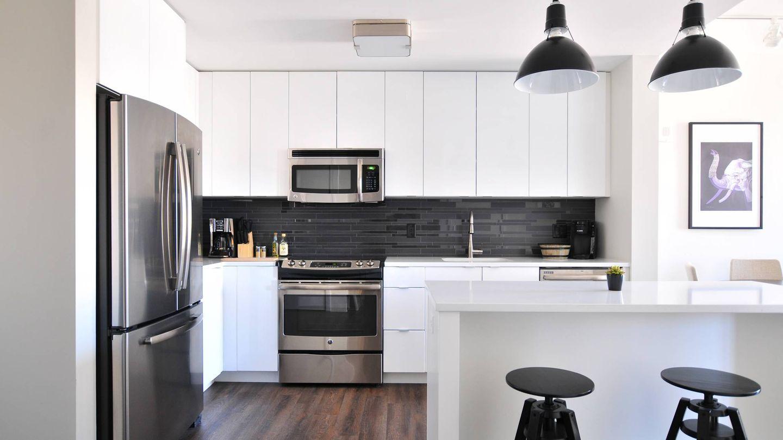 Trucos de decoración para añadir color a una cocina blanca. (Naomi Hébert para Unsplash)