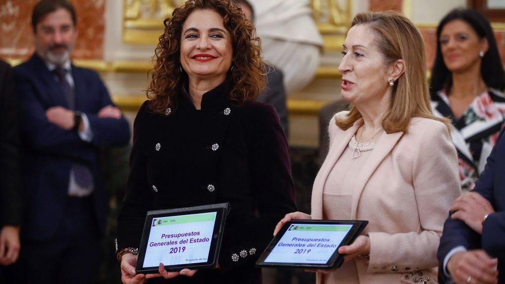 Foto: La ministra de Hacienda, María Jesús Montero (i), entrega a la presidenta del Congreso de los Diputados, Ana Pastor (d), el Proyecto de Presupuestos Generales del Estado para 2019. (EFE)