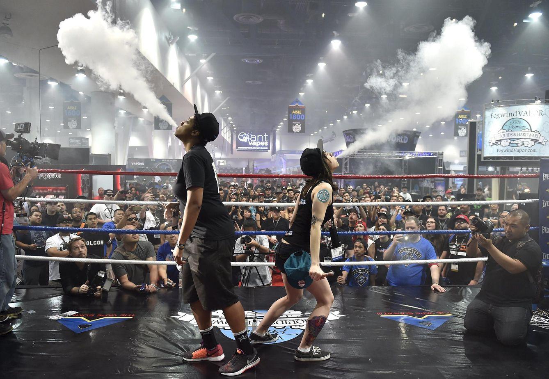 Foto: Dos personas participan en una competición de la mayor bocanada de humo celebrada en Las Vegas, Nevada. (Reuters)