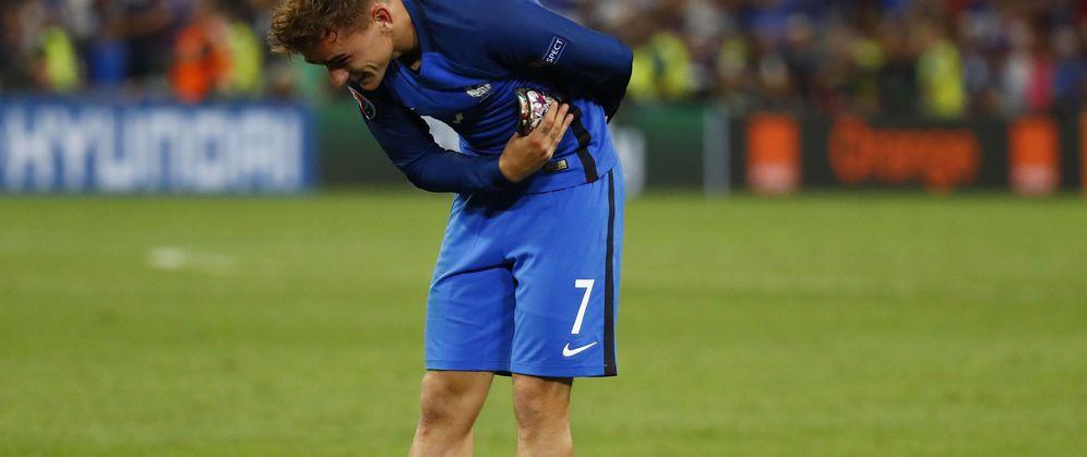Foto: Antoine Griezmann saluda a la afición de Francia tras su doblete ante Alemania (Reuters)