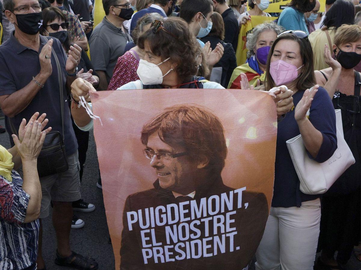 Foto: Concentración frente al consulado de Italia en Barcelona para apoyar a Carles Puigdemont. (EFE)