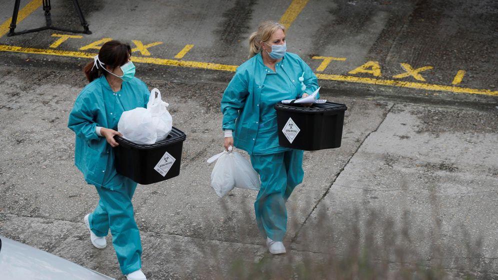 Foto: Dos trabajadoras del hospital comarcal de Monforte de Lemos usan mascarillas este viernes en Lugo. (EFE)
