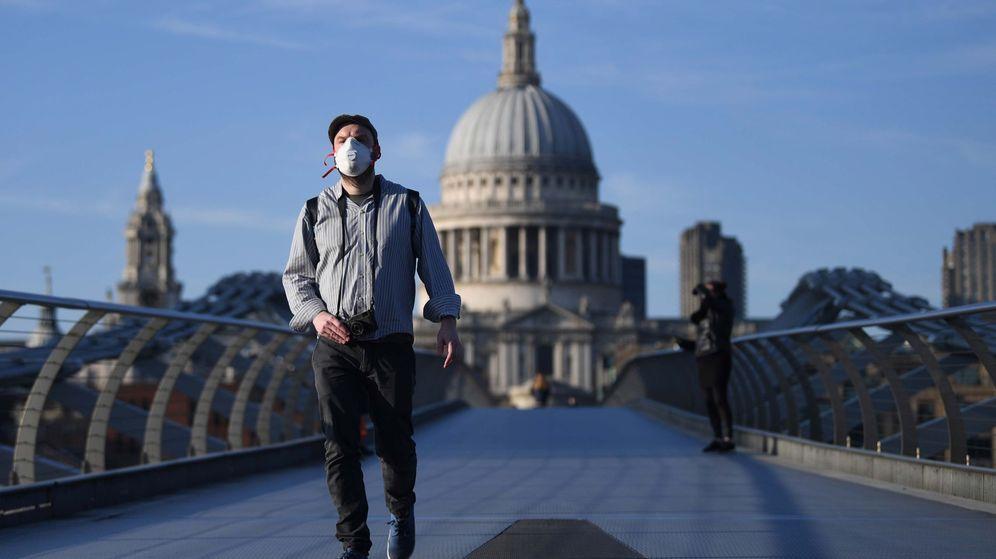 Foto: Un hombre camina por el Puente del Milenio de Londres (EFE)