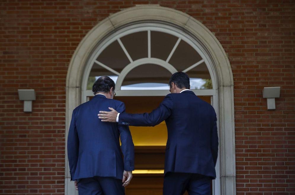 Foto: Pedro Sánchez y Mariano Rajoy, poco antes de su última reunión pública en La Moncloa, el pasado 7 de septiembre. (EFE)