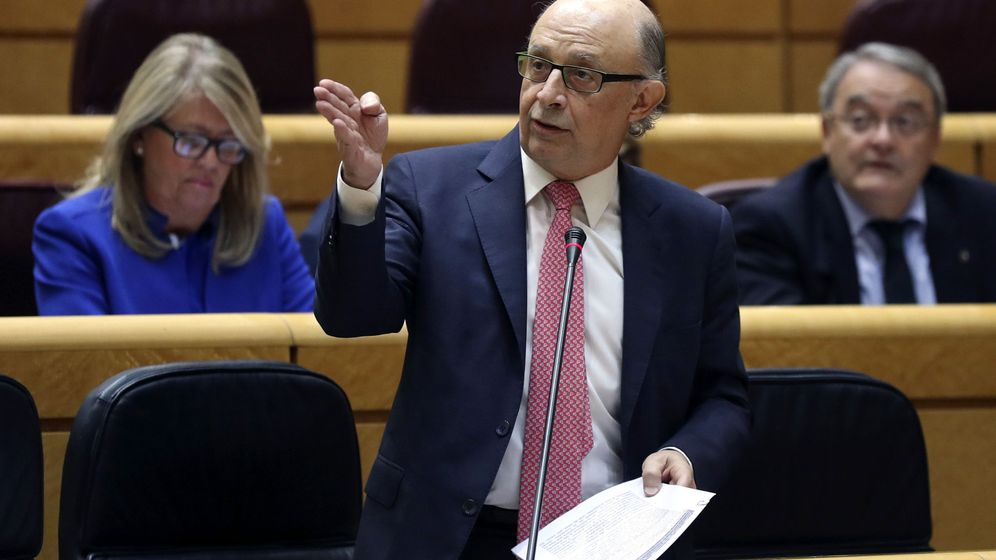 Foto: El ministro de Hacienda, Cristóbal Montoro, interviene durante la sesión de control al Gobierno. (EFE)