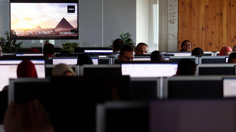 Empleados de Uber trabajan en la sede de la compañía en El Cairo, el 10 de octubre de 2017. (Reuters)