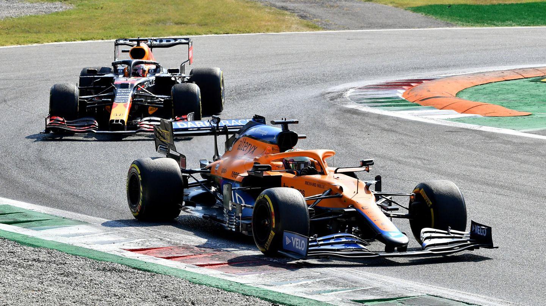 Formula One F1 - Italian Grand Prix - Autodromo Nazionale Monza, Monza, Italy - September 12, 2021 McLaren's Daniel Ricciardo in action as he leads ahead of Red Bull's Max Verstappen during the race REUTERS Jennifer Lorenzini