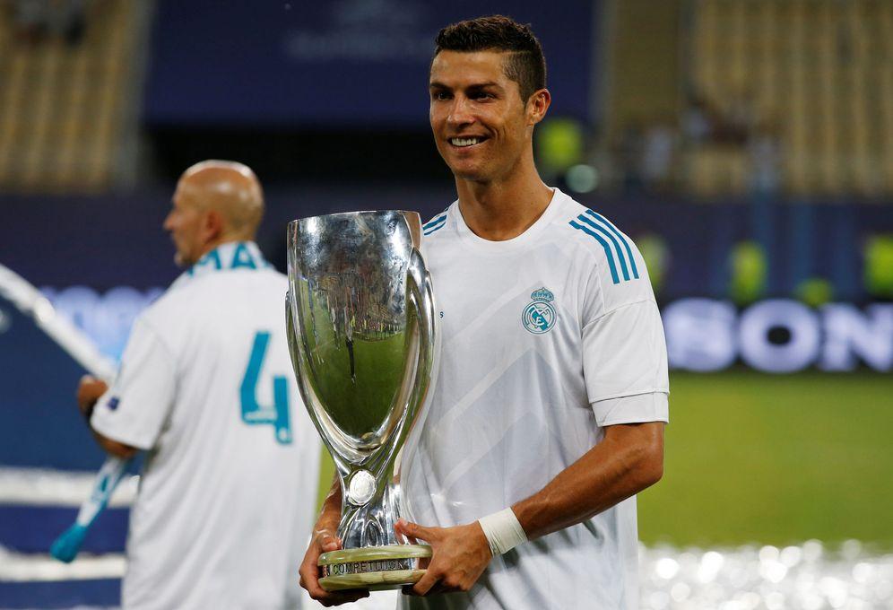 Foto: Cristiano Ronaldo posa con el trofeo de la Supercopa de España. (Reuters)