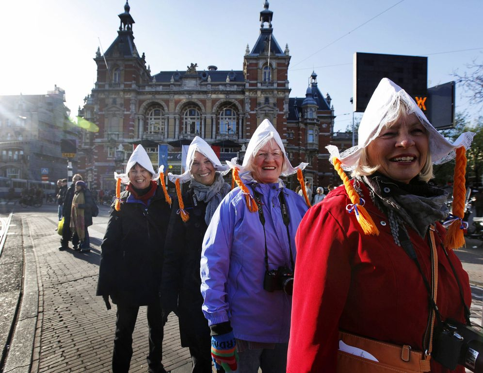 Foto: Turistas estadounidenses posan en Ámsterdam con sombreros típicos de agricultores. (Reuters)
