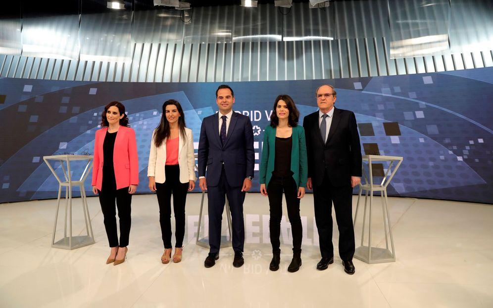 Foto: Isabel Díaz Ayuso, Rocío Monasterio, Ignacio Aguado, Isa Serra y Ángel Gabilondo, este 19 de mayo antes del debate en Telemadrid. (EFE)