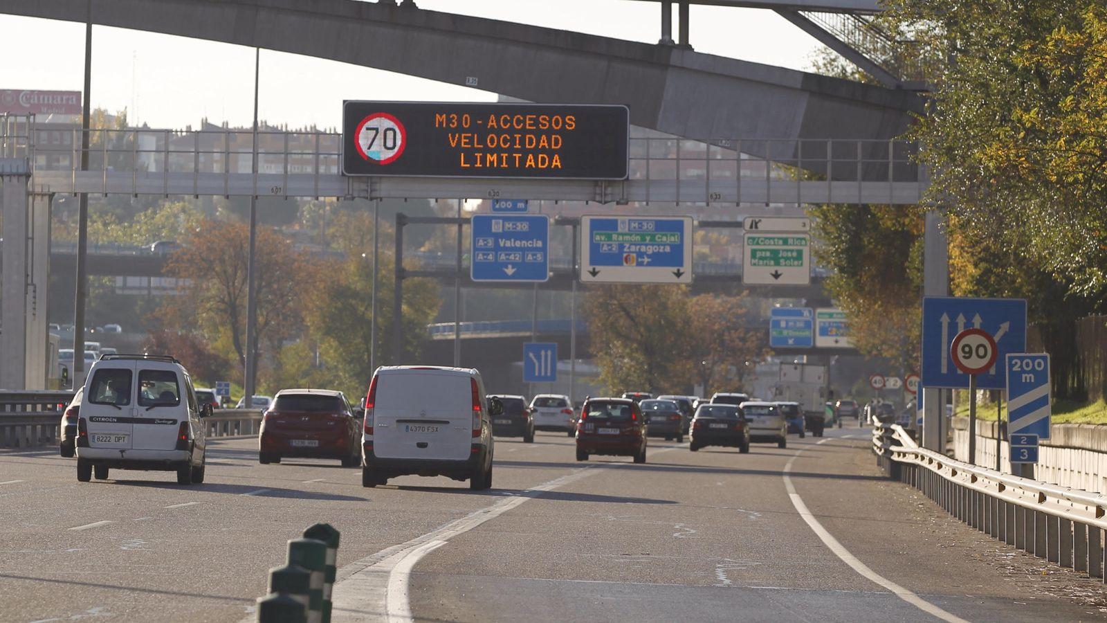 Foto: Limitación de velocidad en la M-30 durante la activación de la segunda fase del protocolo por alta contaminación, en noviembre del pasado año. (EFE)