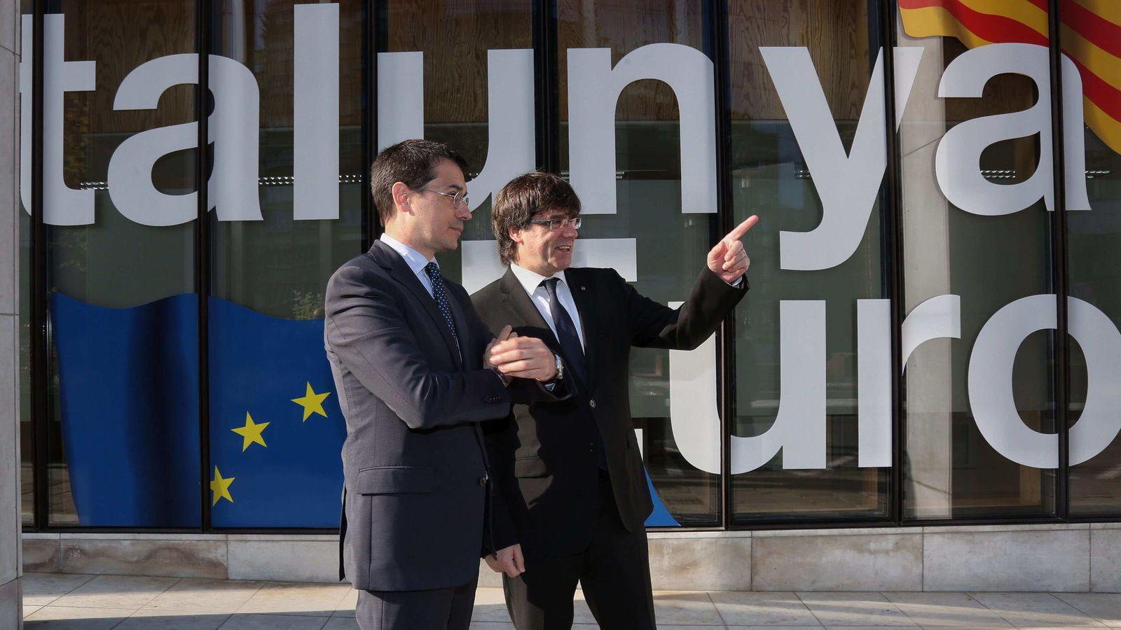 Foto: El presidente de la Generalitat, Carles Puigdemont, junto al representante permanente catalán ante la UE, Amadeu Altafaj, ante la sede de esa institución en Bruselas. (EFE)