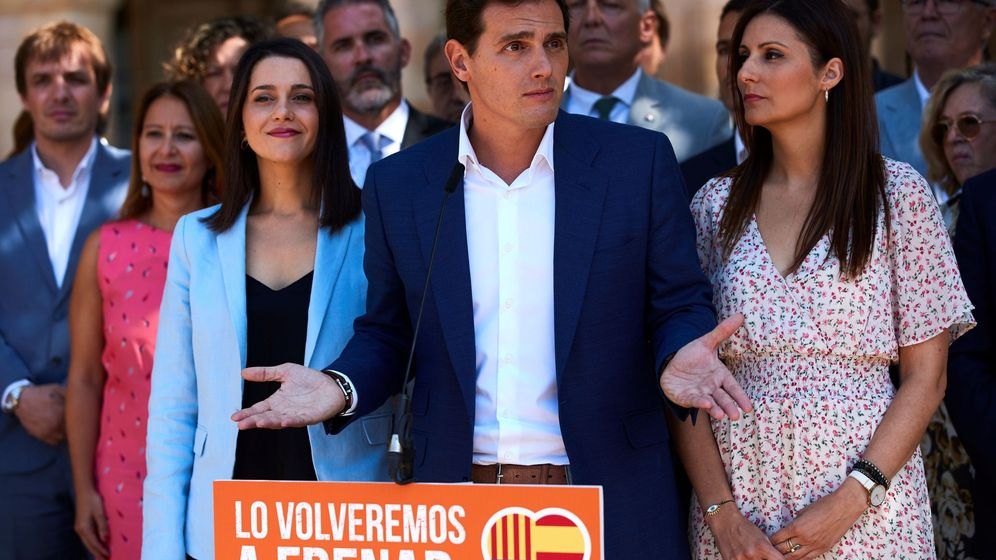 Foto: El presidente de Ciudadanos, Albert Rivera (c), Inés Arrimadas (i), y Lorena Roldán (d), en el exterior del Parlament de Catalunya. (EFE)