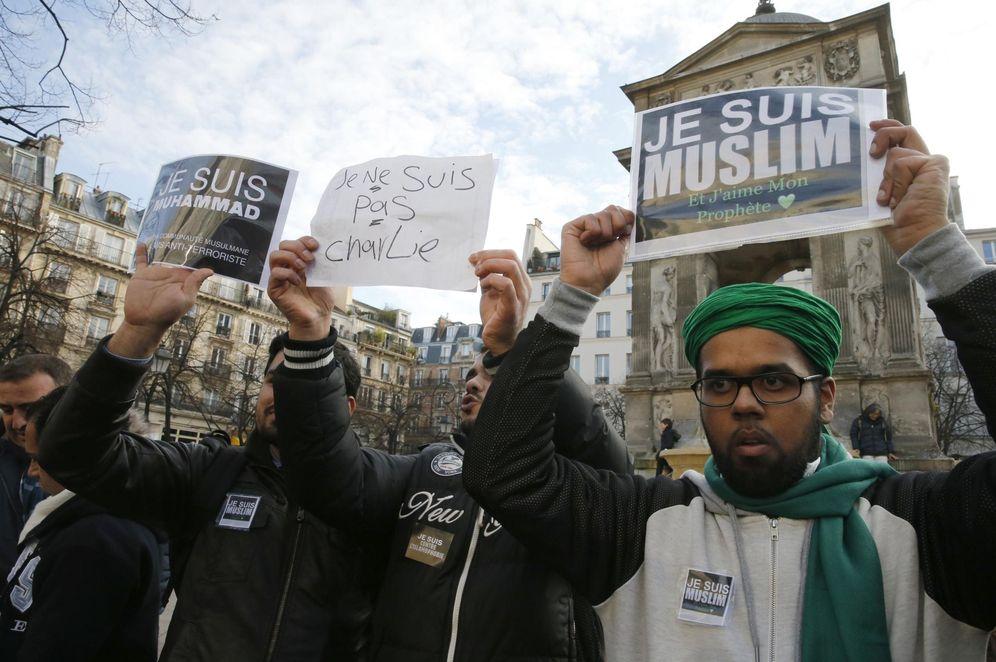 Foto: Musulmanes franceses protestan contra la revista 'Charlie Hebdo' el 18 de enero de 2015, días después de que comandos yihadistas matasen a 17 personas en un atentado contra la publicación (Reuters)