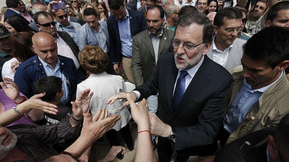 Foto: Mariano Rajoy saluda a los vecinos de la localidad valenciana de Alfafar donde se ha reunido con representantes de la educación concertada en la Comunitat Valenciana. (EFE)