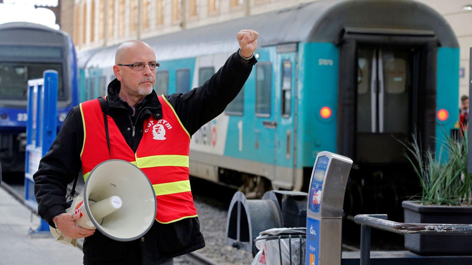 Foto: Un trabajador de ferrocarriles se manifiesta dentro de la estación de Saint-Charles en Marsella, el 4 de abril de 2018. (Reuters)