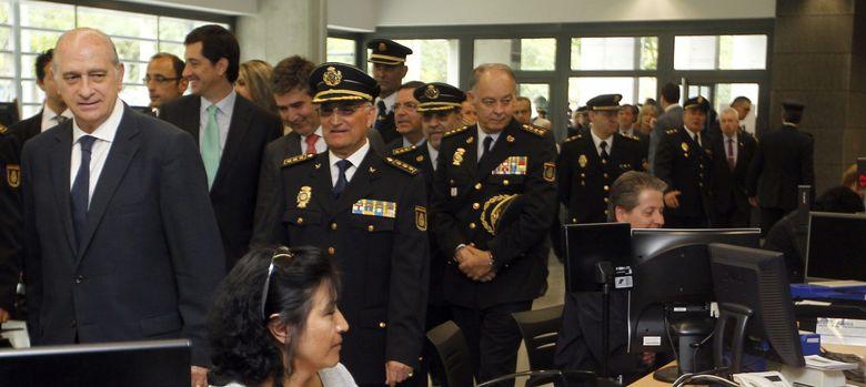 Foto: El ministro del Interior, Jorge Fernández Díaz, inaugura una comisaría. (Efe)