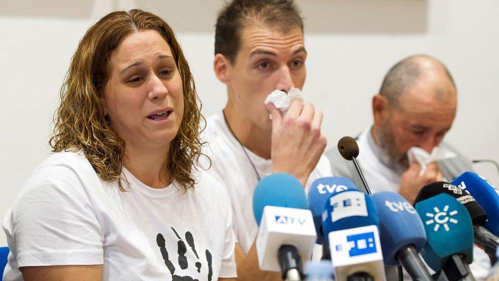 Foto: Almudena Hidalgo y Antonio Vivar, los padres de Lucía Vivar, la niña muerta en la vía del tren, en  una comparecencia ante los medios en octubre. (EFE)