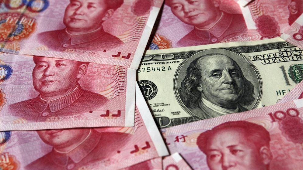 Foto: Billetes del renminbi chino y un billete de dólar. (Reuters)