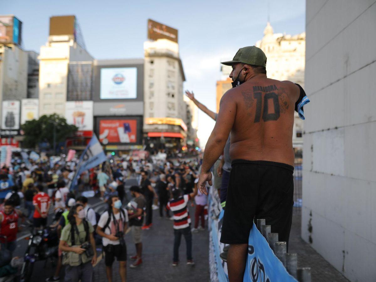 Foto: Seguidores de Diego Armando Maradona participan en una manifestación donde piden justicia por la muerte del astro argentino, en Buenos Aires. (EFE)